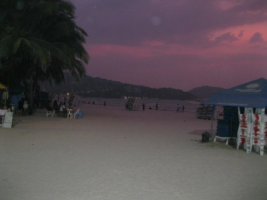 Sweet Home Guesthouse: Sunset Patong beach