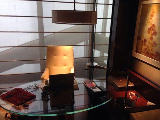 Fairmont Nanjing: Schreibtisch Im Wohnzimmer