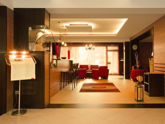 Hotel & Resort Schlosshof: Lobby & Bar
