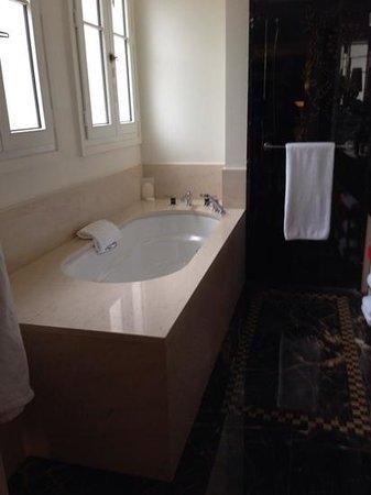Prince de Galles Hotel: bathroom 2