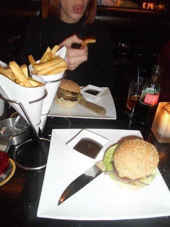 Barney's Coffeeshop: Burger (le petit) avec frites en cornet et bonne sauce barbecue