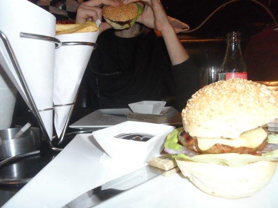 Barney's Coffeeshop: Un bon burger à 9e avec cornet de frites et sauce barbecue