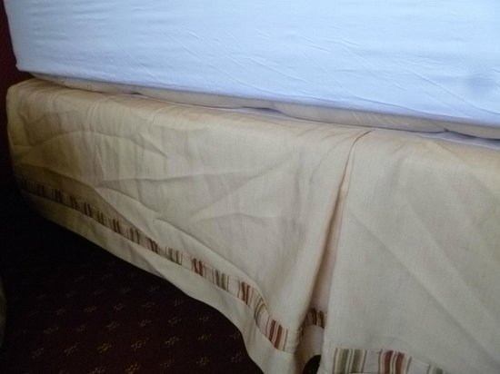 Sirata Beach Resort: wrinkled bed skirt