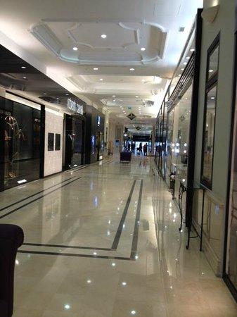 JW Marriott Bucharest Grand Hotel: Upscale shopping area adjacent lobby