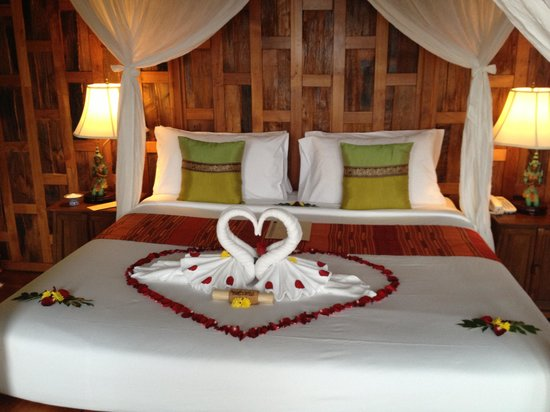 Santhiya Koh Phangan Resort & Spa: honeymoon bed