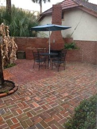 Bayfront Inn: Courtyard and fireplace with table and chairs.