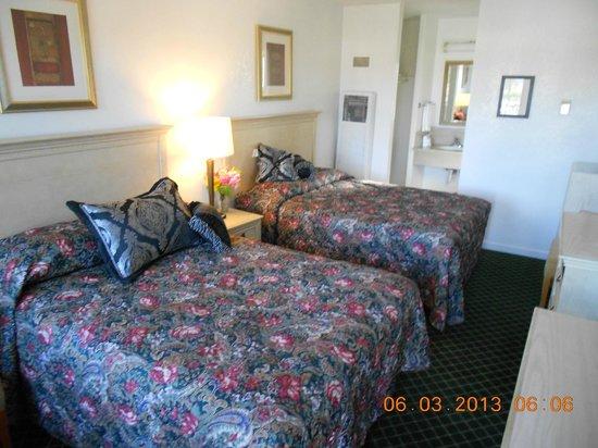 Fireside Inn: Two Queen Beds