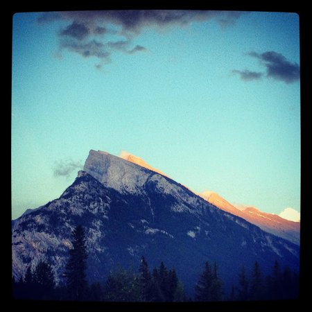 Bow View Lodge: Sunset over Mount Rundle, view from just outside of the hotel.