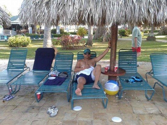 Barcelo Tambor Beach: En las sillas de la piscina