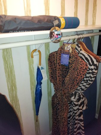 Kimpton Topaz Hotel: Robes, umbrella, iron & yoga mat!