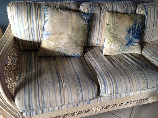 Sanibel Inn : 1st Condo - Dirty couch
