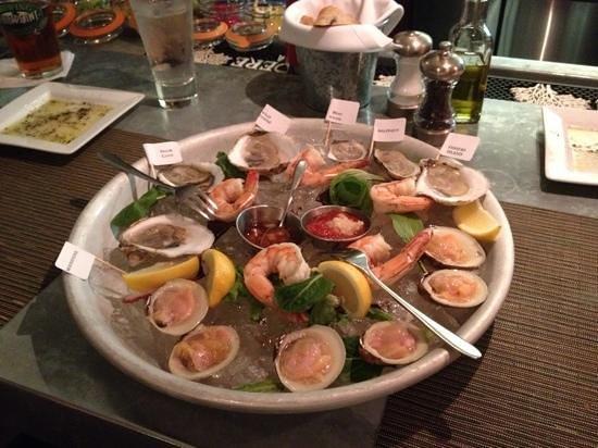 Liv's Oyster Bar & Restaurant: delicious Shellfish Sampler Appetizer