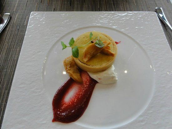 Canoe Restaurant & Bar: Niagara Walnut Tart-apple caramel, roasted apple & creme fraiche