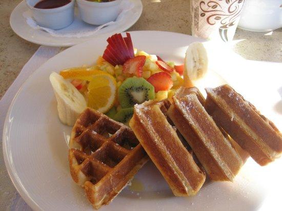 Sheraton Grand Los Cabos Hacienda Del Mar: Waffle breakfast at Tomatoes Restaurant