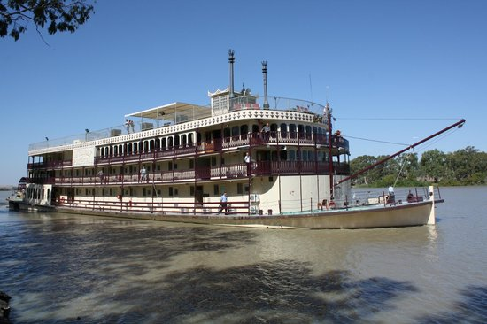 paddle wheeler murray princess departing mannum for a 3 inght cruise