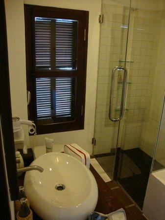 Victoria Xiengthong Palace: Salle de bain (Baignoire + douche style pluie)
