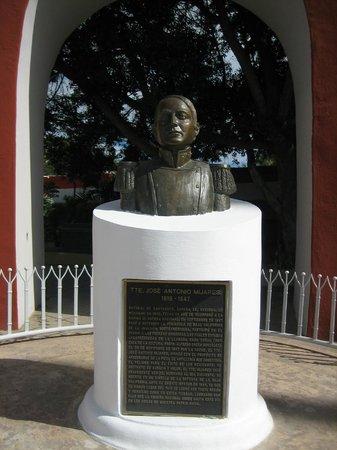 Plaza Mijares : statue