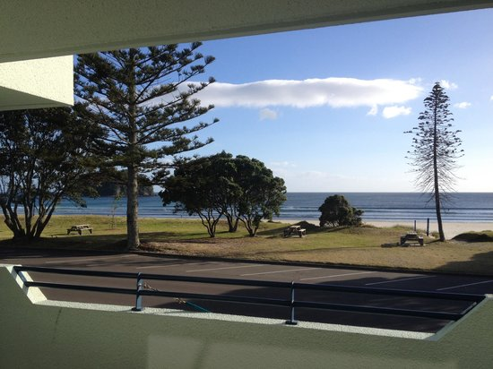Ocean Waves Motel: View of Mt Maunganui beach from unit