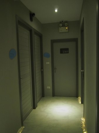 Tiras Patong Beach Hotel: Corridor outside the room