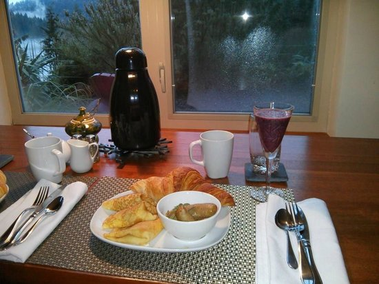 Bowen Island Hideaway: Our delightful breakfast.