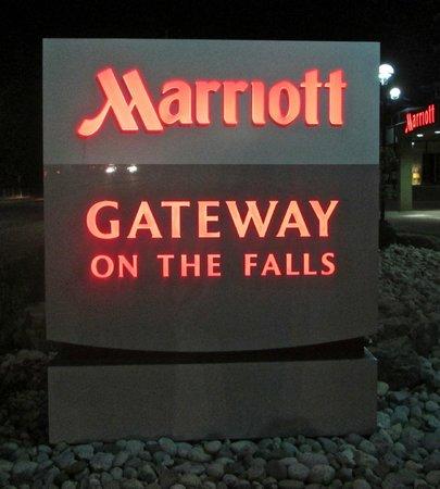 Marriott Niagara Falls Gateway on the Falls Hotel : Hotel sign