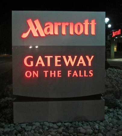Niagara Falls Marriott on the Falls: Hotel sign