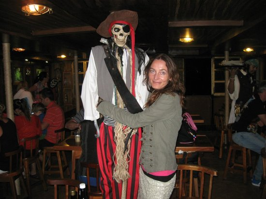 Capitan Hook Cancún: me and skeleton :)