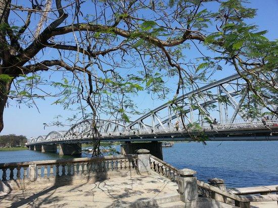 Truong Tien Bridge: 12pm