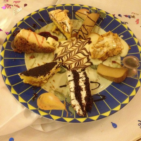Ca Rafel : Plato de postre variado!!! La tarta de queso con cerezas para mi personalmente lo mejor!!!