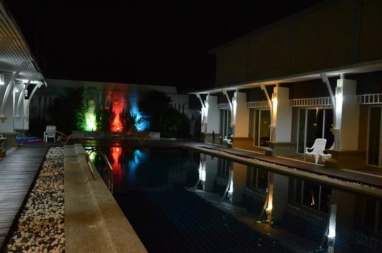 Al's Resort: Swimming pool @ night
