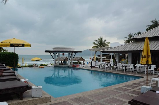 Al's Resort : Swimming pool by the beach