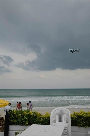 Al's Resort: on the beach looking at the planes flying in!