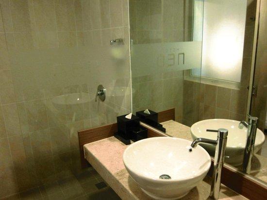 Hotel Neo Kuta Jelantik: 洗面所