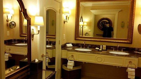 The Venetian Macao Resort Hotel: Bathroom