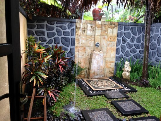Puri Mangga Sea View Resort & Spa: Outdoor bathroom (sinks inside) amazing even in the rain