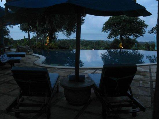 Puri Mangga Sea View Resort & Spa : View of pool at night