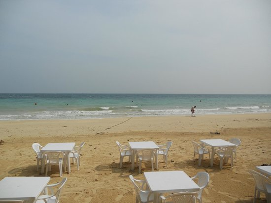 Rantee Sunrise Hotel: Dining and beach area
