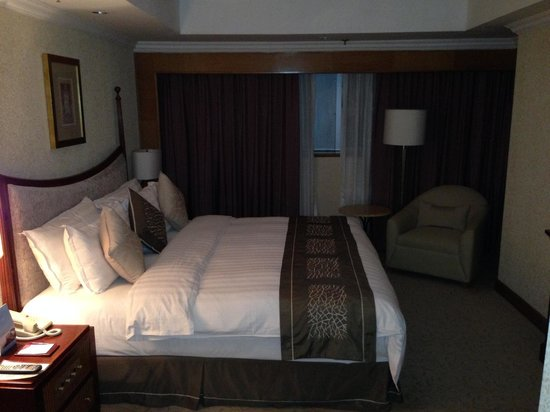 Crowne Plaza Qingdao: Bedroom of suite