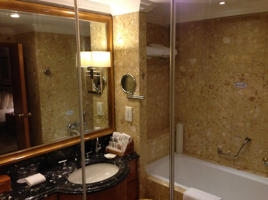 Crowne Plaza Qingdao: Bathroom