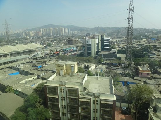 Holiday Inn Mumbai International Airport: Mumbia (Bombay) city view and mountains