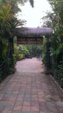 Jasmine Garden Villa: Hotel from outside