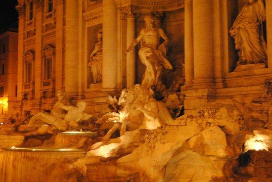 Trevi-Brunnen (Fontana di Trevi): de noche