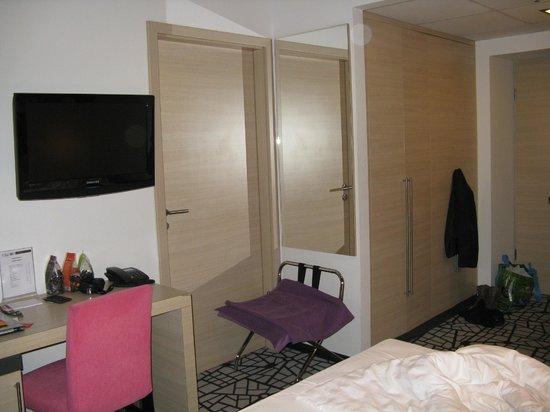 Cosmo City Hotel: Дверь в соседний номер