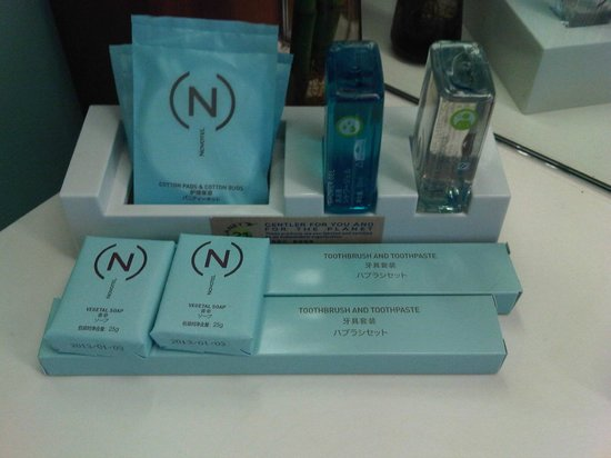Novotel Citygate Hong Kong : Nice selection of bathroom amenities