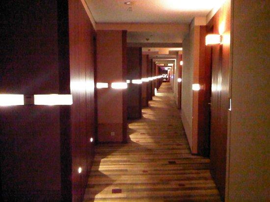 Novotel Citygate Hong Kong: Corridor with nice & warm color design