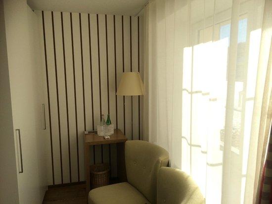 Hotel Lenzerhorn Spa & Wellness: Ankleide mit Minibar und Safe