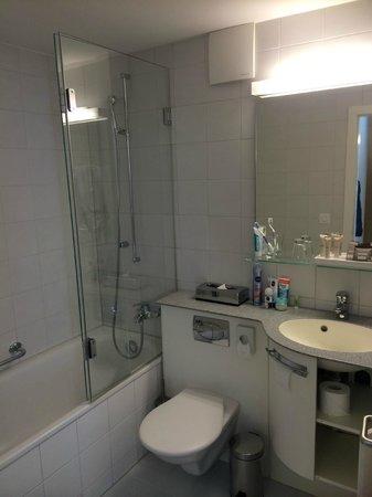 Hotel Lenzerhorn Spa & Wellness: Badezimmer mit Wanne und Dusche