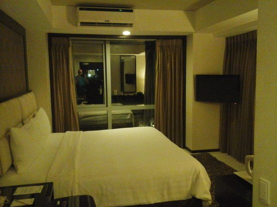 Quest Cebu : king bed