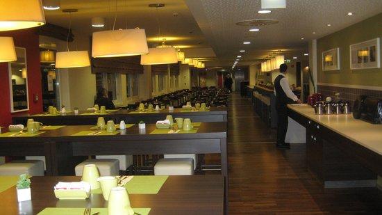Leonardo Hotel Berlin: Der langgestreckte Raum wo man frühstücken konnte