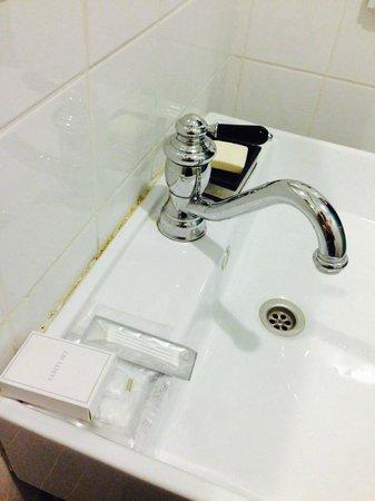 AL Boutique Hotel Tel-Aviv : Poorly calked sink